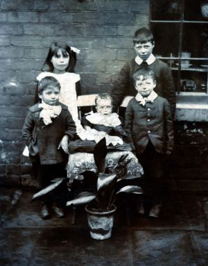 right_to_left_charles_wilfred_sarah_willie_steve_and_harold_baby_albert_st_goole_circa_1905_sm.jpg
